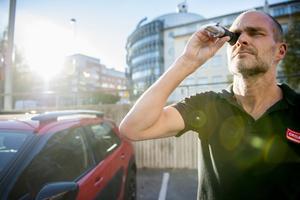 Jonas Ericsson vet hur man vinterfixar bilen. Här kontrolleras glykolmängden i en fraktometer.