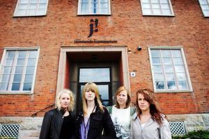 Mira, Kajsa, Britta och Linn känner sig lurade på sin gymnasieutbildning.           Många av deras inriktningsval har inte blivit av och skolans dåliga information har lett till att de ångrar att de valt som de gjort. Foto: Ulrika Andersson