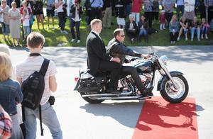 Först kom Christoffer Blixö (Bollnäs) på motorcykel...