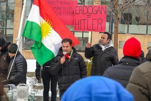 Serphat Uzun från Östersund inledde talandet och manade så småningom till en tyst minut för offren i Turkiet för presidenten Erdogans politik, och för ett fritt och självständigt Kurdistan.