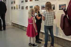 Nikki Lowemark, Silje Fahlander och Milla Jonsson tyckte också det var roligt att titta på bilder.