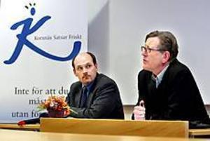 Foto: LEIF JÄDERBERG Nya besparingar. Korsnäs VD, Per Lindberg, och personaldirektören Torbjörn Larsson, räknar med att kunna köra fabriken med 80-100 personer färre än i dag.