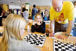 Ida Hallström från Vemdalen förlorade denna omgång. Sven-Åke Eliasson, funktionär, gör en avdömning efter 20 minuters spel.