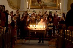 Framför altaret tände eleverna ljus.