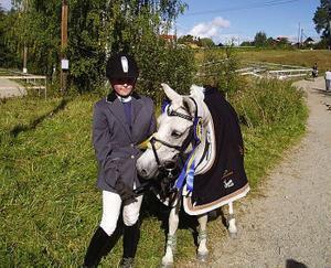Alexandra Bergh och Lucinda från Sundsvalls Ridklubb är nyblivna distriktsmästare.Foto: Hans Gunnar Dahlin