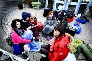 lång väntan. Lina Krantz, 16 år från Söderhamn, Nadja Lindkvist, 15 år från Kalix, Frida Thunberg, 16 år från Ljusne, Emelie Staffas, 16 år från söderhamn och Emma Nyström, 15 år från Ljuse, har väntat utanför i tre timmar. Men humöret är ändå på topp.