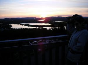 Hustrun Anna-Märta, jag och massvis med myggor inväntar midsommaraftonen 2010 i utsikttornet på Brännaberget i Överkalix.