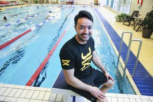 Zarif Mohammad är ledare för simgrupper och träningsinstruktör på Sporthallen i Bollnäs. Han flydde från Afghanistan till Sverige för sex år sedan.