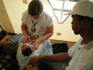 Gunnel Nordlander gör en rutinundersökning av en baby.