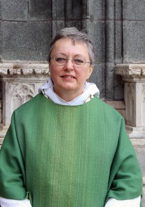 Erika Cyrillus som nybliven präst den 7 juni. På sig har hon den gröna mässhaken från Enköpings församling, där hon nu börjat jobba. Foto: Christel Törnros/Uppsala stift