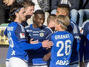 Peter Wilson firas efter sitt hattrick mot Jönköping Södra.