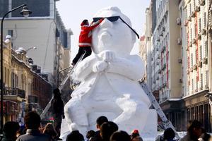 Både is- och snöskulpturer visas i Harbin. Här den sydkoreanska rapparen Psy avbildad under 2012 års festival.