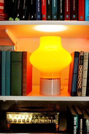 Eftertraktad. Den här typen av lampor är populära på loppisar, att den stod kvar på hyllan i butiken sent på eftermiddagen är ett mindre mirakel, menar Catharina Linder, som norpade  åt sig den snabbt och nu står den i bokhyllan.