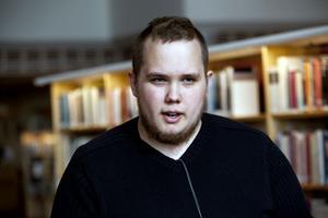 Niklas Vestling tillhör den nya generationen bokläsare som lika gärna laddar ned det han skall läsa på datorn som att hålla ett fysiskt exemplar i handen.