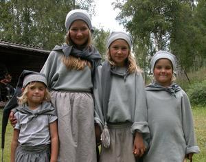 Tomtar. Småtomtarna Norea Sandlin, Michaela Grahn, Minja Sandlin och Filippa Sandlin (från vänster) delade ut godis till barnen. Foto:Maja Berg