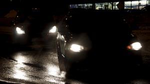 """Just i korsningar och i rondeller kan väglaget vara extra halt. """"Där bilar stannar och startar blir det nämligen uppslipat och blankt, vilket gör det väldigt halt och svårt att stanna i tid"""", säger Birgit Bakkan, trafikskolechef."""