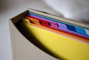 Ett arkivsystem med tydliga kategorier är ett bra sätt att spara aktuella papper, till exempel räkningar som ska betalas, flygbiljetter, bokningsbekräftelser, tandläkarkallelser och liknande. Arkivera bort det som inte längre är aktuellt allt eftersom, så blir mappsystemet aldrig fullt.
