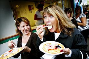 Maria Olsson och Carina Lomfalk äter langos med gräddfil, lök räkor och rom. (N. Kungsgatan)Hur smakar det där då?Maria: – Fantastiskt gott!Carina: – Det här är en klassiker som alltid går hem.