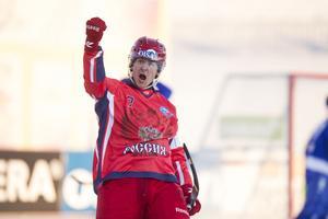 Rysslands Sergej Lomanov jublar efter mål under finalen mellan Ryssland och Finland vid bandy-VM i ryska Uljanovsk.