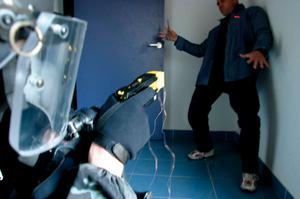 På bilden testas elpistolen Taser X26 av fransk polis i Marseille.