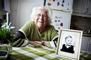 Iris Melander, Stefan Löfvens fostermamma, väljer att läsa resultatet i Tidningen i morgon.