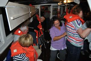 Passagerarna fick sätta på sig flytvästar när båten gick på grynnan.
