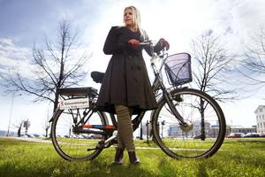 Projektledaren för cykelveckan Madeleine Blom tar gärna en tur på tjänstecykeln. Hon vill att fler ska upptäcka hur enkelt och roligt det är att cykla i Sundsvall.