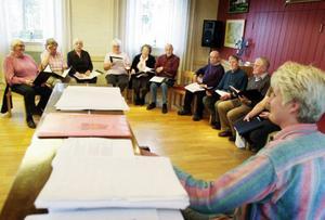 Några av körens medlemmar samlade för en stunds övning inför 100-årsfirandet. Foto: Bengteric Gerhardsson