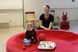 Lilla Melker biter ibland på den röda plastbollen som ligger bredvid. men mamma Kristina Ingebrand tänker inte på vilka kemikalier som kan finnas i den. – Nej, jag tänker bara på vilka andra barn som kan ha bitit på den och som kanske har magsjuka.
