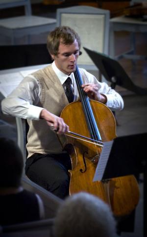 Tomas Söderqvist på cello framförde två satser u F Francoeurs Sonat i E-dur.
