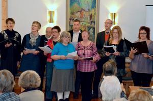 Finnerödja/Tiveds kyrkokör sjunger Beatleslåtar till afternoon tea i Finnerödja församlingshem.