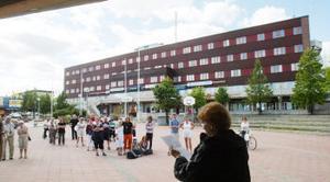 Ett drygt 20-tal demonstranter hade mött upp i Timrå för att demonstrera och stödja kraven på fler bussturer. Yvonne Boman/Sandström från Tynderö var den som framförde protesterna till politikerna.