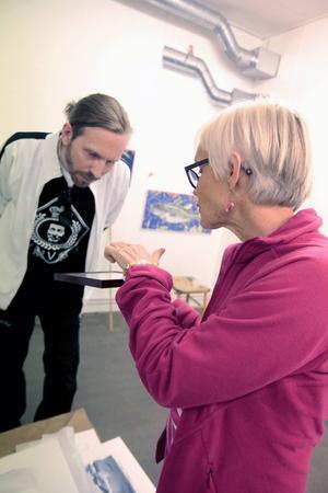 Utställningens idé kommer från Gustav Kape Lindqvist som här läser en kärleksförklaring som mamma Britta Hedström ramat in.
