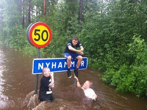 Bad nere vid Åvallen. Jonas Karlsson, John Hodjes, Jonatan Holmström och Mikael Asker.