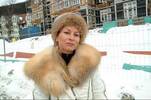 Tone Oppenstam utanför sitt renoveringsprojekt Grand Residence Åre vintern 2008. I dag sitter hon häktad i Stockholm, misstänkt för ekonomiska brott.