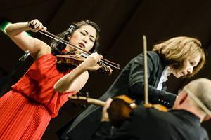 Glada, skickliga och klangfulla violinisten Kristin Lee blev en ny favorit hos Sundsvalls konsertpublik i torsdags.