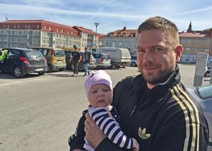 Magnus Sjöbom,  Jättendal, med dottern Emma, sex månader, tror att förslaget riskerar bidra till landsbygdens utarmning.