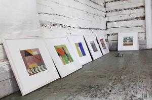 Marianne Aalls tavlor ska upp på väggen.