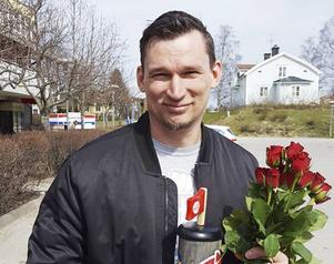 Stefan Bergkvist prisades med blommor under 1 maj i Ockelbo.