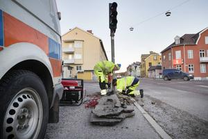 Dennis och Robert Lund från Söderhamns entreprenad på plats för att laga trafikljusen.