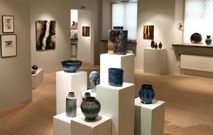 I morgon lördag öppnar en utställning i Bollnäs konsthall med keramik av Frank Larsen och med textila verk av Anita Swahn (Interiör)
