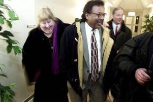 """GD träffade Lawrence Jones på häktet innan domen mot honom föll. Han var då ångerfull och skyllde på missförstånd att han bränt ner bocken. Under själva rättegången föll så de bevingade orden: """"I burned the bock!"""". Här är det dock glada miner efter rättegången. Från vänster Jones vän Elisabeth Ekstrand, Jones och hans advokat K G Myhrberg."""
