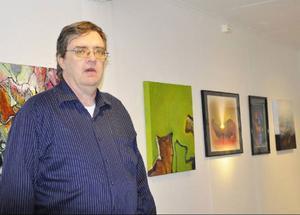 Torfinn Johannesen är både arrangör och deltagare vid den svensknorska utställningen på Galleri Katten.