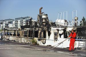 I RÄTTEN. Så här såg Juliana ut efter den anlagda branden förra året. Båten ligger fortfarande kvar förtöjd vid Briggen Gerda-varvet.