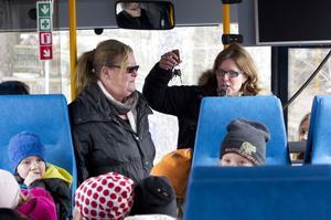 Nycklarna. Barn- och ungdomsnämndens ordförande Åsa Wiklund-Lång (S) överräcker bussnycklarna till biträdande förskolechefen Karin Nordkvist.