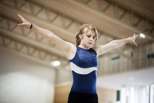Linda Aremo, 12 år, laddar för en volt på gymnastiklägret i Ockelbo.
