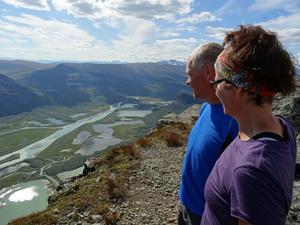Nu laddar Pia och Hasse Johansson som bäst batterierna inför sommarens vandring längs med Nordkolettleden. Målet är en dokumentär skildring över platsen och dess historia.