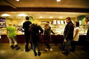Många vill passa på att träffas över en kopp kaffe och kanske en semla på en fredag eftermiddag.