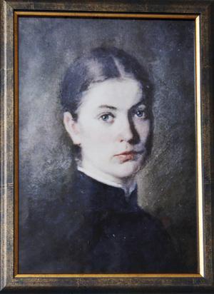 Amanda Holsteinson, målad av systern Alma Holsteinson som skolades på Konstakademin i Stockholm. Tavlan, som är en kopia, hänger hos Svenska kyrkan i Norberg. Alma blir föremål för ett av föredragen under höstens Träffpunkt M.