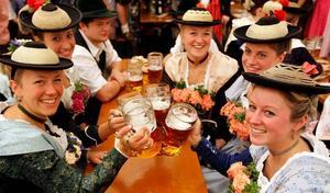 Ölet flödar. Under Oktoberfesten i München 17 september till 3 oktober konsumeras över 7 miljoner liter öl som bryggts inom stadens gränser.  Men det görs numera oktoberfestöl runt om i världen, även i Sverige där de just nu finns att köpa på Systembolaget.